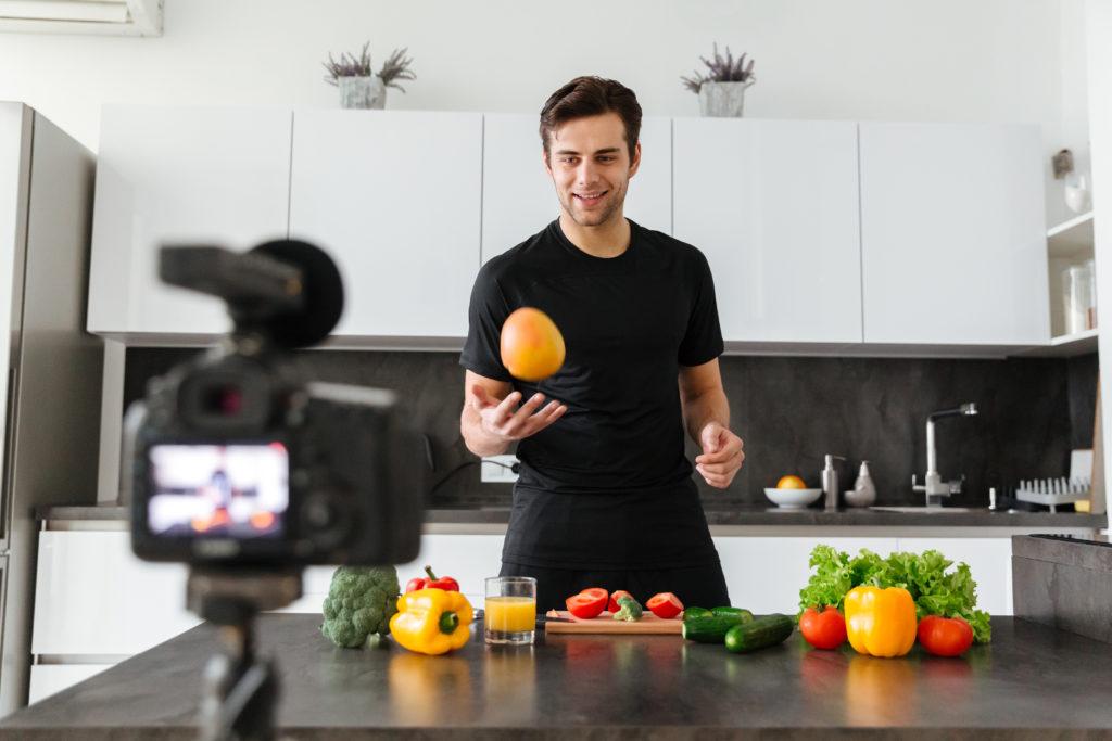Vlogger olup Google'dan sonra Dünya'nın en büyük ikinci arama motoru haline gelen YouTube ile internetten para kazanma yollarının en eğlencelisini denemek ister misiniz?